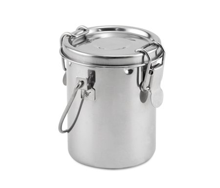 It has two locking clamps for an airtight seal and a removable strainer.